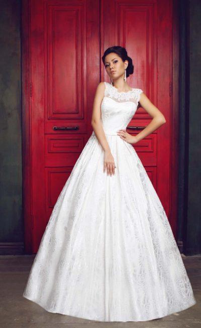 Свадебное платье с пышной юбкой из фактурной ткани и закрытым лифом из кружева.