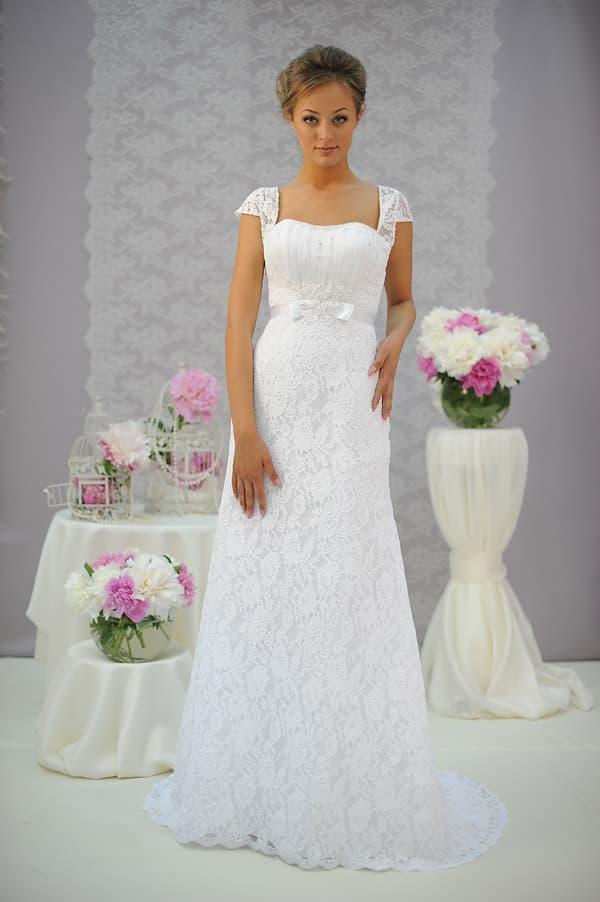 Прямое свадебное платье с тонким коротким рукавом и глянцевым поясом на талии.