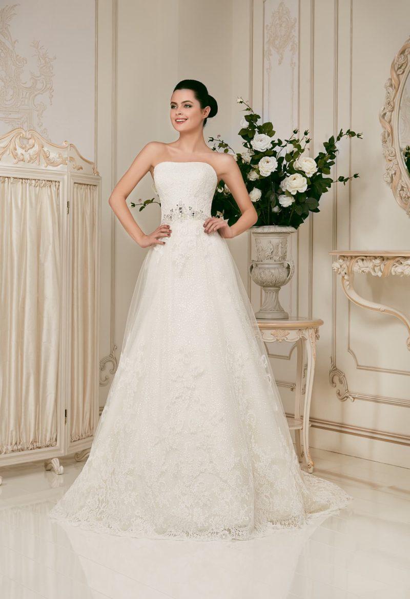 Открытое свадебное платье с лифом прямого кроя и поясом, украшенным крупными стразами.