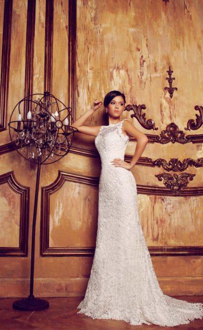 Свадебное платье «колонна», декорированное фактурным кружевом и дополненное вырезом на спинке.
