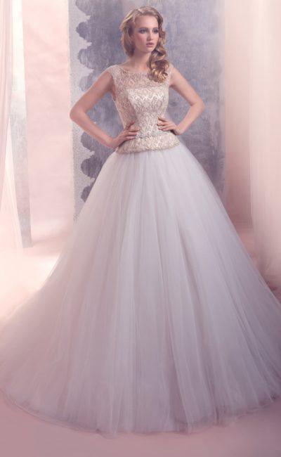 Пышное свадебное платье с закрытым верхом, оформленным полупрозрачной тканью с золотистым бисером.