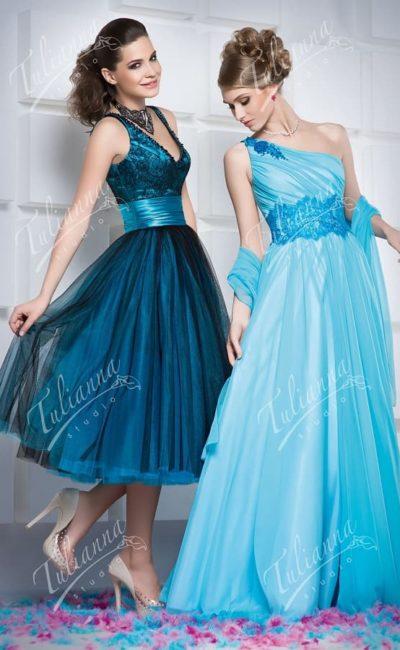Голубое вечернее платье с широким атласным поясом на талии.
