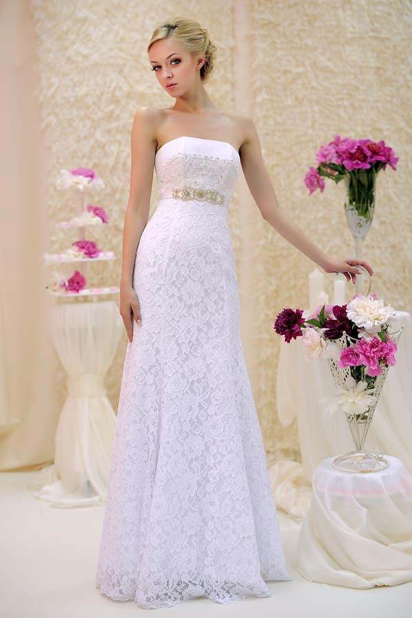 Атласное свадебное платье с бисерной вышивкой на талии, покрытое кружевом.