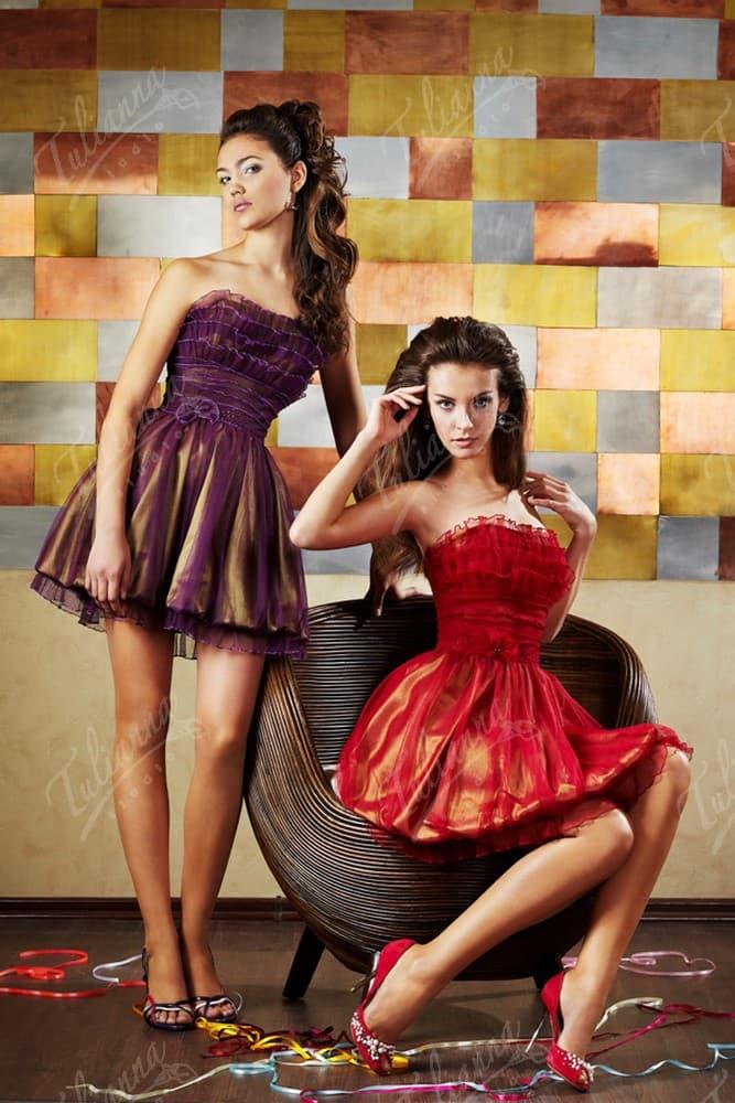 Короткое вечернее платье с открытым лифом с пышной отделкой.