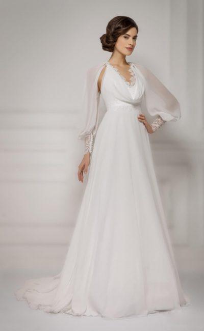 Женственное свадебное платье с широкими рукавами из полупрозрачной ткани и драпировками на лифе.