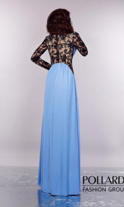 Сиренево-голубое вечернее платье прямого кроя с черной кружевной спинкой и длинным рукавом.