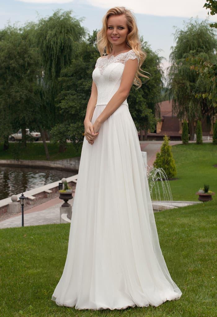Элегантное свадебное платье прямого кроя с фигурным кружевным декольте.