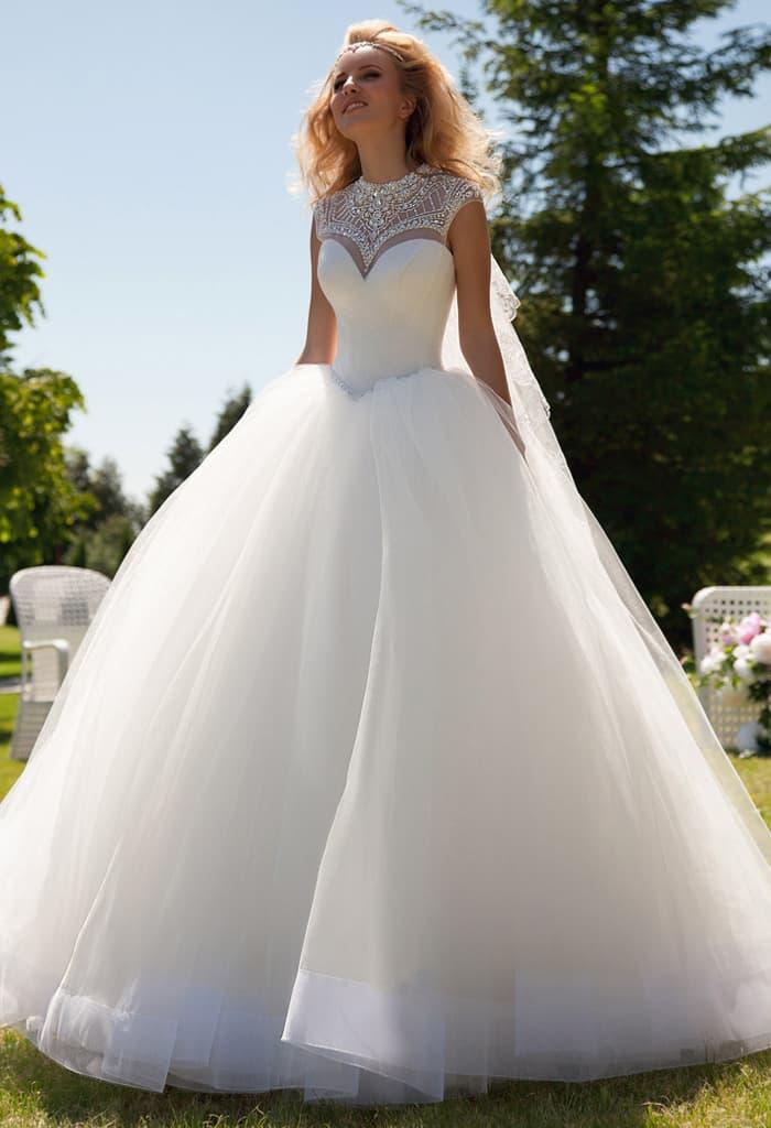 Пышное свадебное платье с небольшим вырезом на спинке и сияющим декором по закрытому лифу.