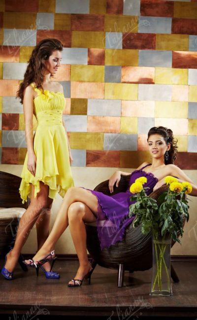 Вечернее платье с короткой многослойной юбкой и открытым лифом.