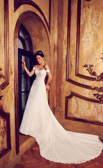 Свадебное платье с лифом-сердечком и бретелями на предплечьях, а также длинным шлейфом.