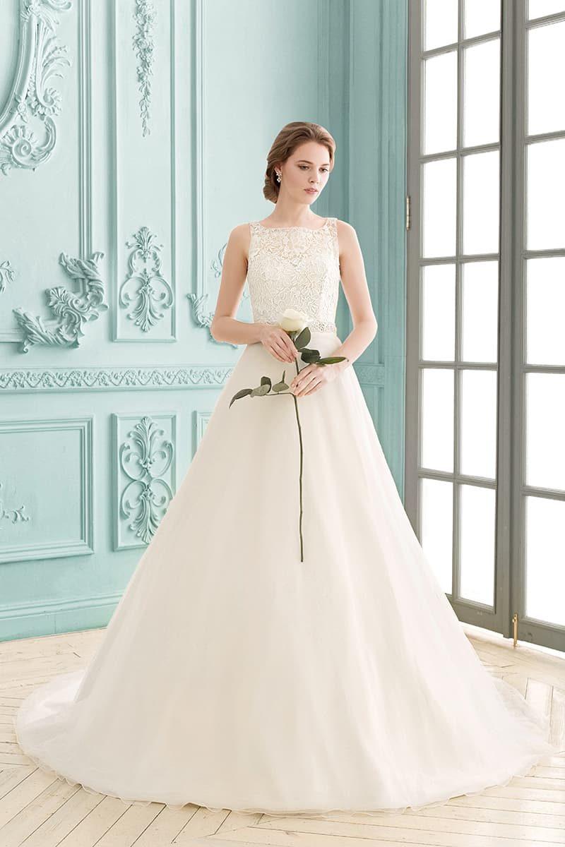 Романтичное свадебное платье «трапеция» с верхом, декорированным плотным кружевом.