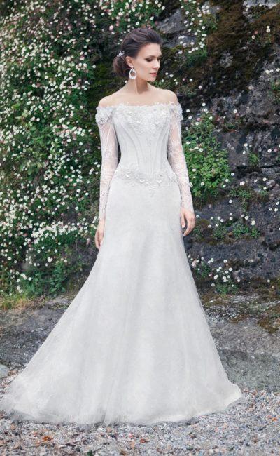Облегающее свадебное платье с драматичным портретным декольте, украшенным объемным декором.
