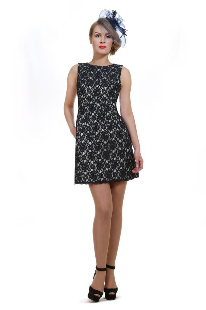 Вечернее платье-футляр с отделкой контрастным кружевом и вырезом на спинке.
