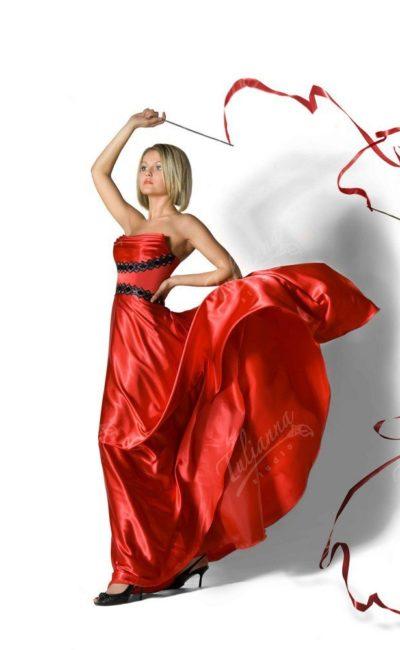 Алое вечернее платье с оригинальным лифом и кружевным декором.