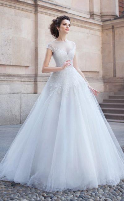 Нежное свадебное платье с открытой спинкой и короткими рукавами из прозрачной ткани.