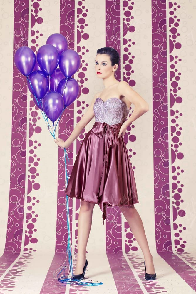 Короткое вечернее платье с атласной лиловой юбкой.