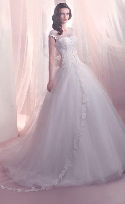 Изящное свадебное платье с воздушным подолом и полупрозрачной вставкой над лифом.