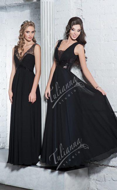 Черное вечернее платье прямого кроя с V-образным вырезом.