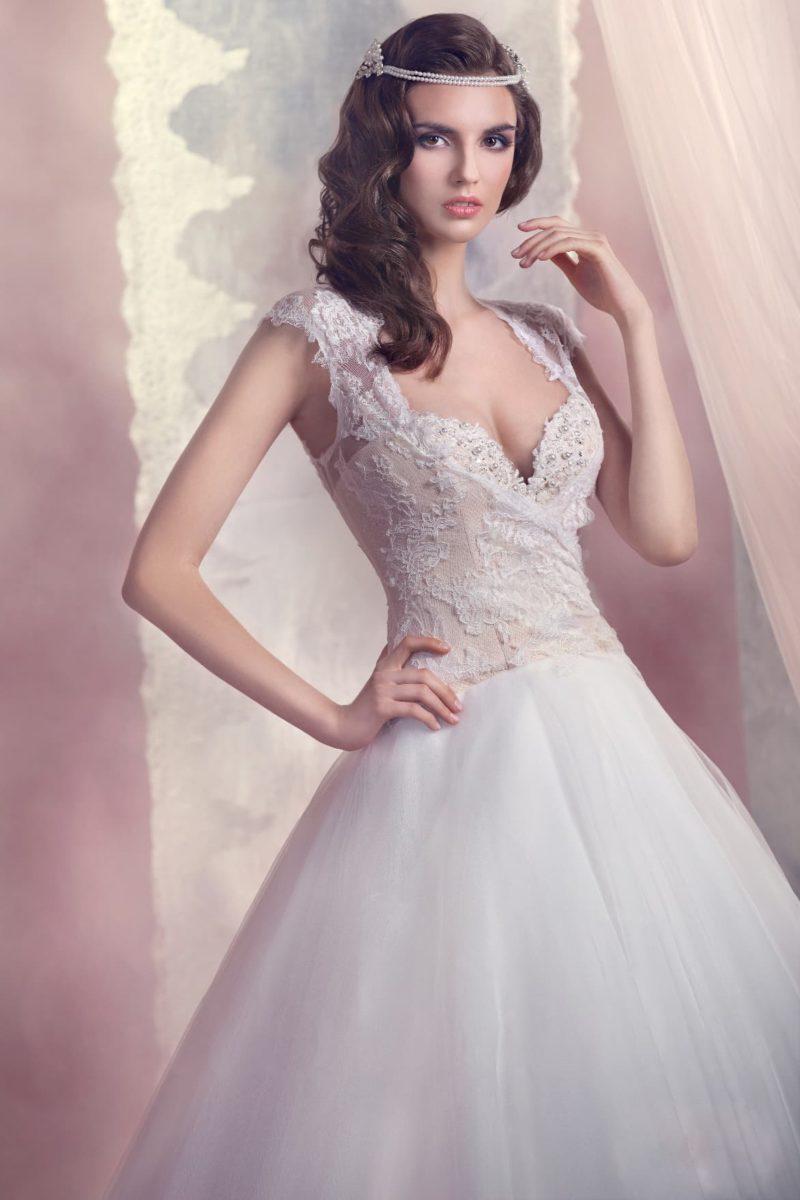 Великолепное свадебное платье с бежевым корсетом, украшенным белым кружевом.