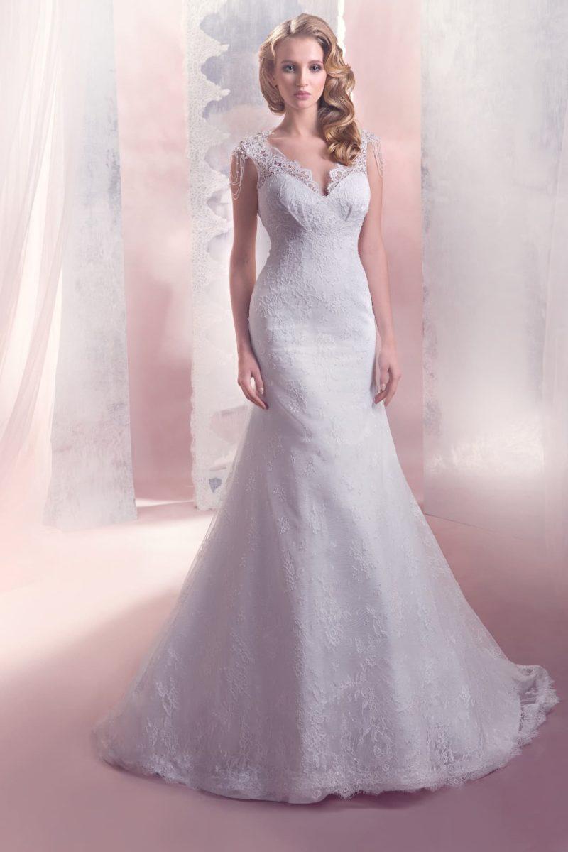 Свадебное платье «трапеция» с широкими кружевными бретелями и открытой спинкой.