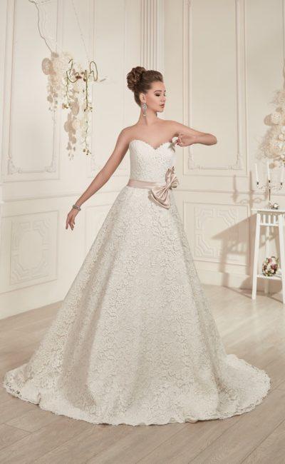 Пышное свадебное платье с розовым атласным поясом, которое можно дополнить кружевным болеро.