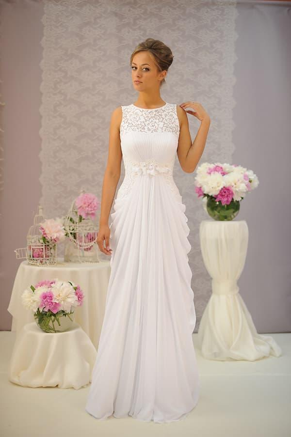 Прямое свадебное платье с изящными оборками по бокам лаконичной юбки.