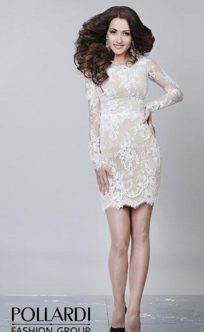 Вечернее платье кроя «футляр» с нежной бежевой подкладкой под слоем белого кружева.