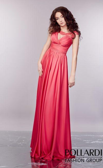 Вечернее платье из кораллового атласа с изящным округлым декольте и прямой юбкой.