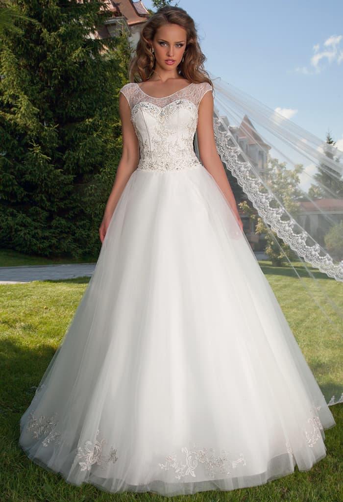 Роскошное свадебное платье с многослойной юбкой и закрытым верхом.