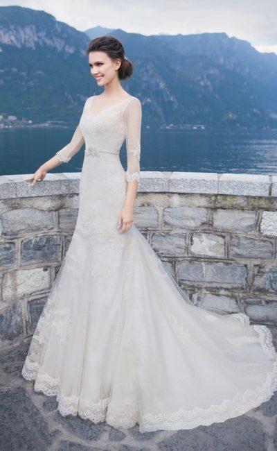 Свадебное платье «рыбка» с рукавами длиной в три четверти и узким поясом с бисерной отделкой.