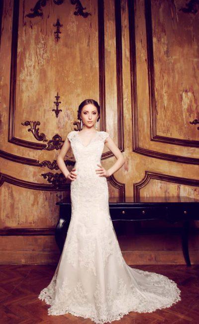 Свадебное платье «рыбка» с V-образным вырезом, широкими бретелями и кружевным шлейфом.