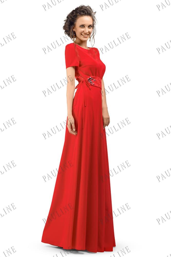Прямое вечернее платье алого цвета с закрытым верхом и вышивкой на талии.
