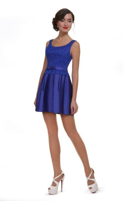 Атласное вечернее платье синего цвета с кружевным декором верха.