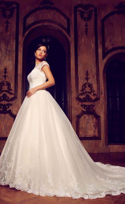 Пышное свадебное платье с закрытым кружевным верхом, короткими рукавами и узким сверкающим поясом.
