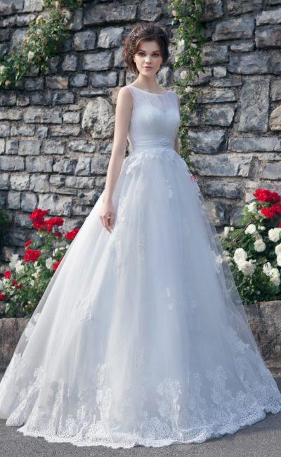 Очаровательное свадебное платье торжественного кроя с полупрозрачным декором элегантного лифа.