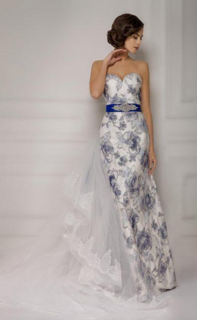 Свадебное платье с изысканным цветочным рисунком, синим атласным поясом и открытым декольте.