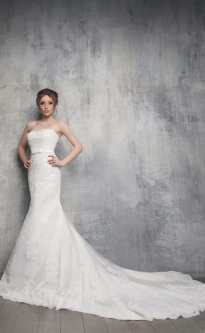 Великолепное свадебное платье «русалка» с длинным шлейфом и открытым лифом в форме сердца.