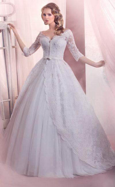 Торжественное свадебное платье с рукавами длиной в три четверти и кружевной отделкой.