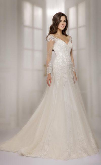 Облегающее свадебное платье цвета слоновой кости с прозрачными длинными рукавами и стильной юбкой.