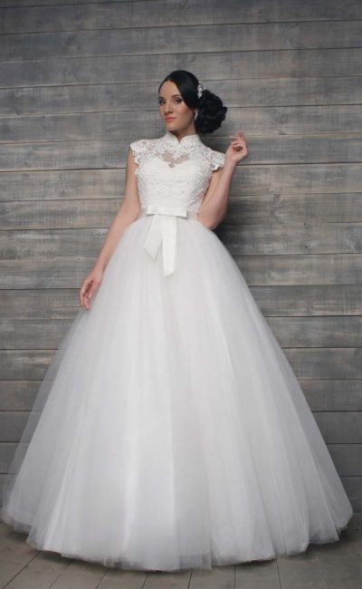 Закрытое свадебное платье с воротником-стойкой и плотным кружевом по корсету.