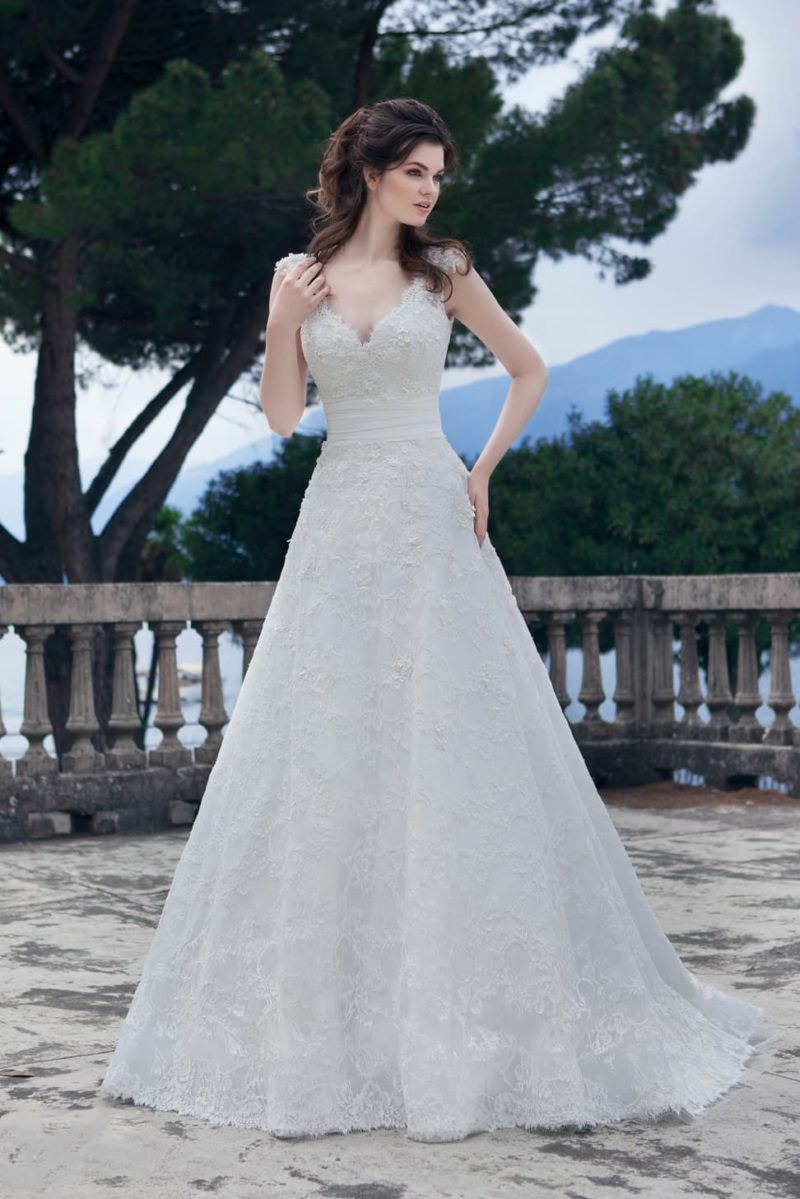 Свадебное платье с объемной кружевной отделкой, полупрозрачной спинкой и юбкой «принцесса».