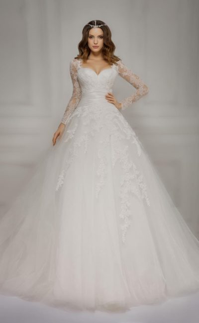 Торжественное свадебное платье с длинными кружевными рукавами и декольте в форме сердца.