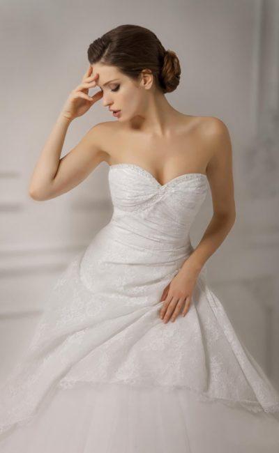 Великолепное свадебное платье пышного кроя с открытым лифом в форме сердца и кружевной отделкой.