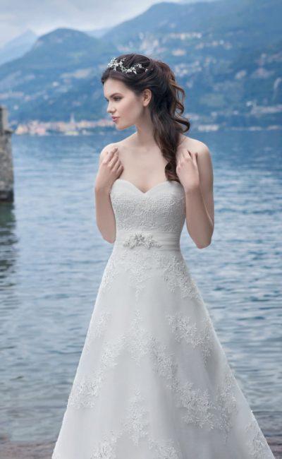 Открытое свадебное платье с лифом в форме сердца и широким поясом с драпировками на талии.