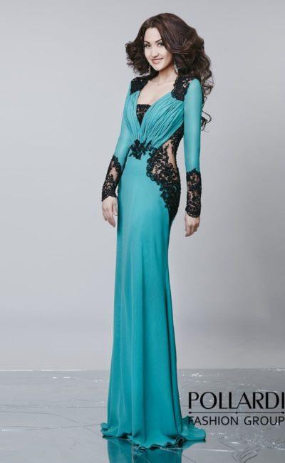 Роскошное изумрудное вечернее платье прямого кроя с драпировками по лифу и длинным рукавом.