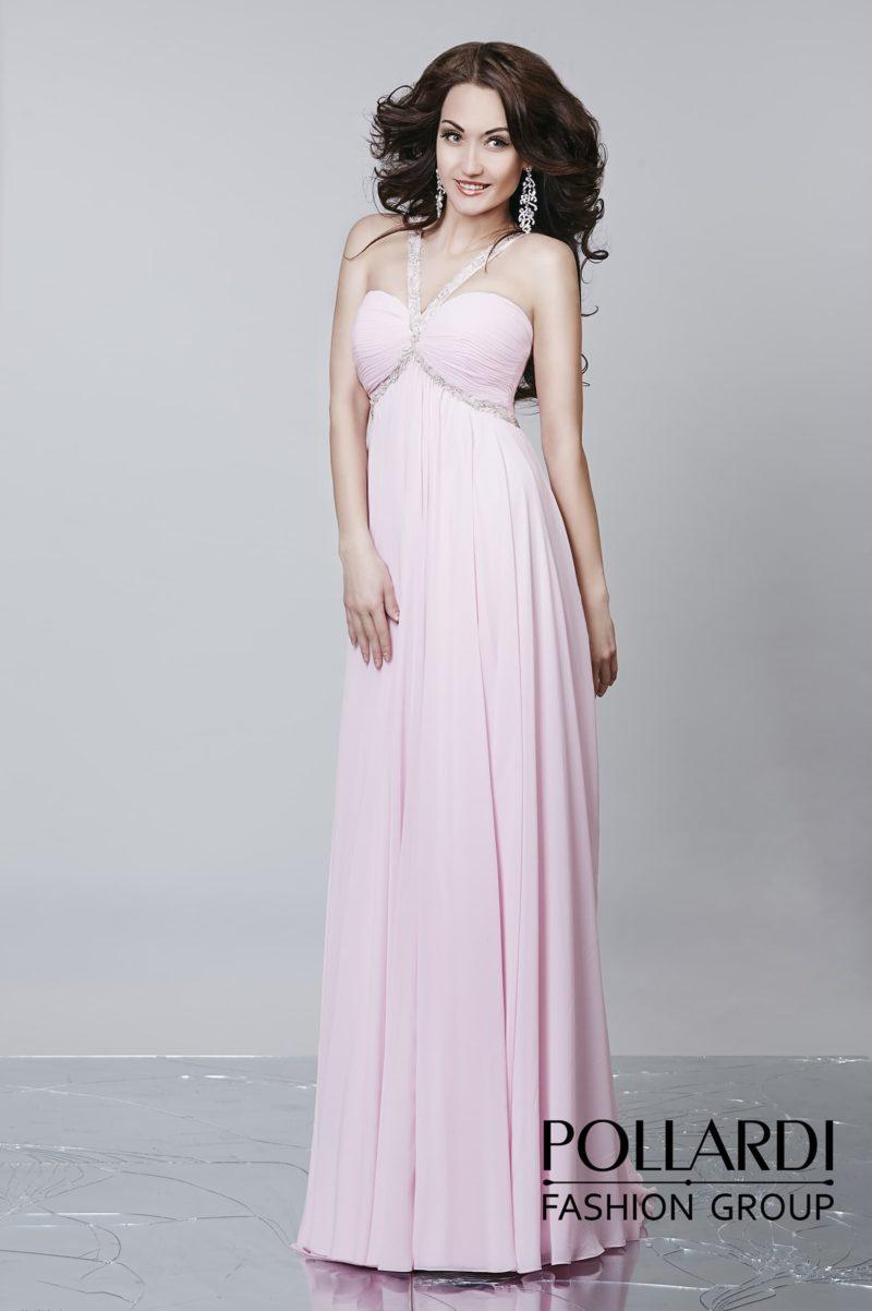 Открытое вечернее платье прямого кроя с бисерной отделкой и тонкими бретелями на лифе.