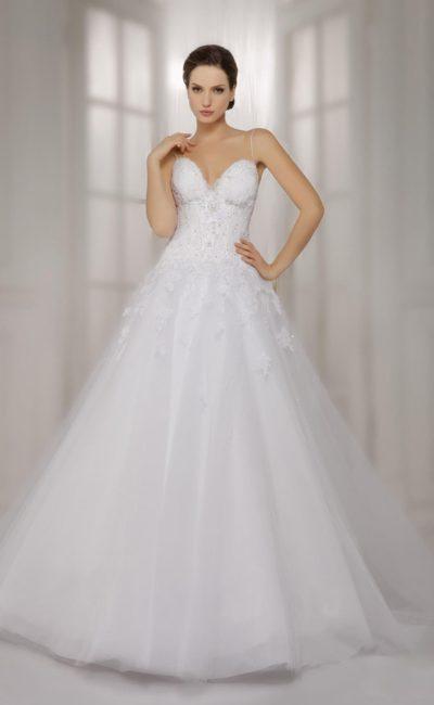 Пышное свадебное платье с открытым лифом, узкими бретелями и кружевным декором верха.