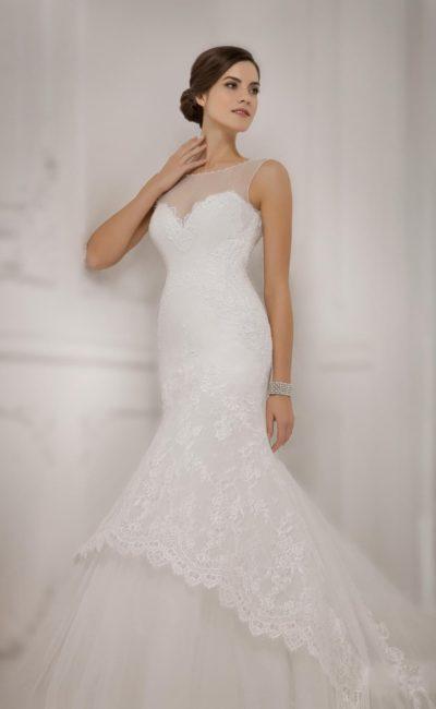 Изысканное свадебное платье «рыбка» с открытой спинкой и выразительным кружевным подолом.