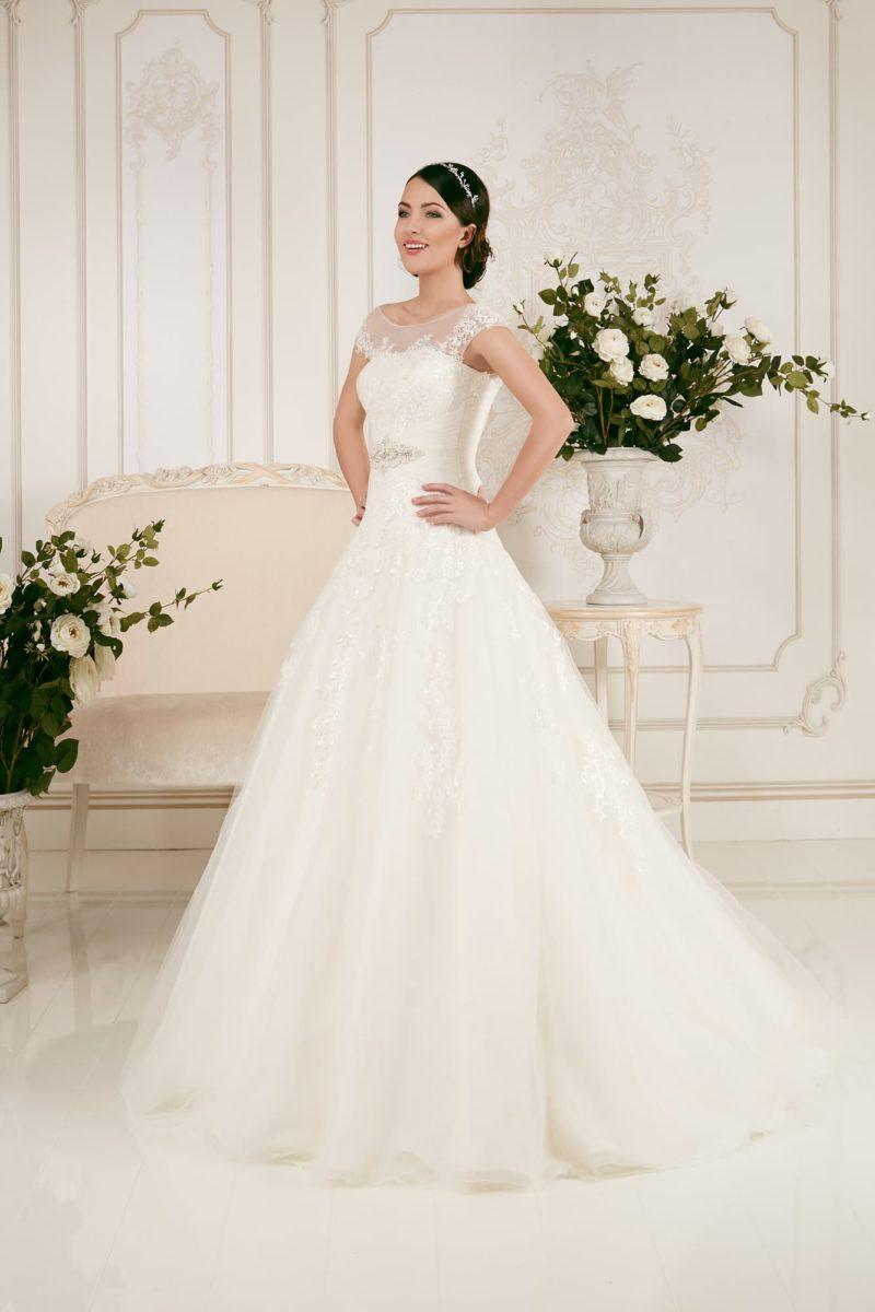 Деликатное свадебное платье с воздушным объемом подола и элегантным полупрозрачным верхом.