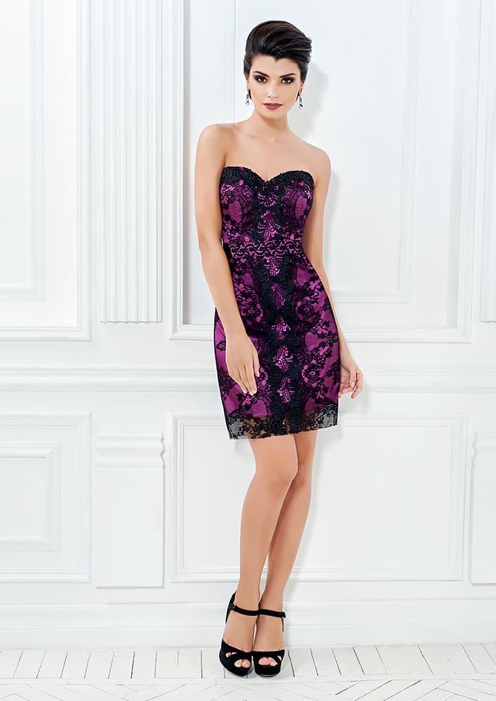 Фиолетовое платье-футляр с отделкой черным кружевом.